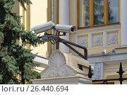 Купить «Уличные камеры видеонаблюдения», эксклюзивное фото № 26440694, снято 25 апреля 2017 г. (c) Елена Коромыслова / Фотобанк Лори