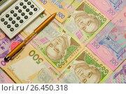 Купить «Авторучка и клавиатура калькулятора на фоне банкнот украинских гривен», фото № 26450318, снято 23 февраля 2019 г. (c) Игорь Кутателадзе / Фотобанк Лори