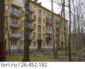 Купить «Пятиэтажный дом. Хрущевка», фото № 26452182, снято 1 мая 2017 г. (c) Тарановский Д. / Фотобанк Лори
