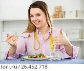 Купить «Woman eating healthy to lose weight», фото № 26452718, снято 13 марта 2017 г. (c) Яков Филимонов / Фотобанк Лори