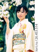 Купить «Японская девушка в кимоно держит ветку сакуры», фото № 26453514, снято 27 марта 2011 г. (c) Александр Гаценко / Фотобанк Лори