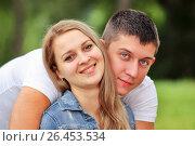 Купить «Счастливая молодая пара в парке», фото № 26453534, снято 13 июня 2014 г. (c) Александр Гаценко / Фотобанк Лори