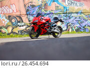 Купить «KRASNOYARSK, RUSSIA - MAY 27, 2017: Red and black sportbike Honda CBR 600 RR 2005 PC37», фото № 26454694, снято 27 мая 2017 г. (c) Виктория Кузьменкова / Фотобанк Лори