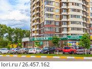 Купить «Личные автомобили жильцов многоэтажного дома припаркованы во дворе. Подмосковье», фото № 26457162, снято 4 июня 2017 г. (c) Владимир Сергеев / Фотобанк Лори