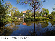 Court Bispinghof with ditch and granary, Germany, North Rhine-Westphalia, Muensterland, Nordwalde. Стоковое фото, фотограф S. Ziese / age Fotostock / Фотобанк Лори