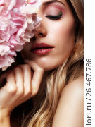 Closeup portrait of young beauty female face with blond hair and hydrangea bouquet flowers, фото № 26467786, снято 4 июня 2017 г. (c) Serg Zastavkin / Фотобанк Лори