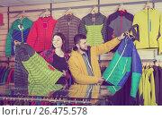 Купить «Couple buys a sports windbreaker», фото № 26475578, снято 8 марта 2017 г. (c) Яков Филимонов / Фотобанк Лори