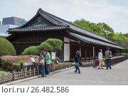 Туристы гуляют около здания для караула Hyakunin-bansho, охраняющего крепостные ворота Императорского дворца в Восточном парке. Токио, Япония (2013 год). Редакционное фото, фотограф Кекяляйнен Андрей / Фотобанк Лори