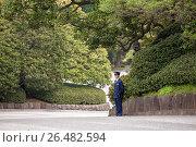 Японский охранник на посту в парке Императорского дворца в Токио. Япония (2013 год). Редакционное фото, фотограф Кекяляйнен Андрей / Фотобанк Лори
