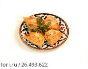 Печеная самса с начинкой и зеленью на тарелке. Стоковое фото, фотограф Якунин Алексей / Фотобанк Лори