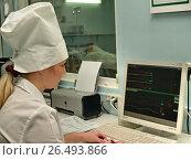 Купить «Врач за компьютером в отделении реанимации (на заднем плане пациент на кровати)», фото № 26493866, снято 7 апреля 2007 г. (c) Александр Легкий / Фотобанк Лори