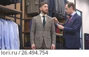 Купить «Tailor and customer in the atelier», видеоролик № 26494754, снято 5 июня 2017 г. (c) Raev Denis / Фотобанк Лори