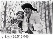 Купить «Мужчина и женщина в национальной одежде с балалайкой и самоваром», фото № 26515046, снято 25 июня 2019 г. (c) Борис Кавашкин / Фотобанк Лори