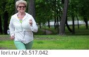 Пожилая женщина на пробежке в летнем парке. Стоковое видео, видеограф Кекяляйнен Андрей / Фотобанк Лори