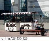 """Торговые лотки """"Квас""""и """"Мороженое"""". Город Тверь. Тверская область (2017 год). Редакционное фото, фотограф lana1501 / Фотобанк Лори"""
