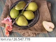 Купить «Зелёные груши на тарелке», фото № 26547778, снято 16 июня 2017 г. (c) Татьяна Ляпи / Фотобанк Лори