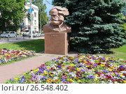 Купить «Памятник Карлу Марксу и цветочная клумба летом. Город Калуга», эксклюзивное фото № 26548402, снято 8 июня 2017 г. (c) Алексей Гусев / Фотобанк Лори