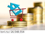 Купить «Cимвол  недвижимости на фоне денег», фото № 26548554, снято 23 марта 2017 г. (c) Сергеев Валерий / Фотобанк Лори