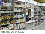 Купить «Витрины в аптеке», эксклюзивное фото № 26548722, снято 17 июня 2017 г. (c) Юрий Морозов / Фотобанк Лори