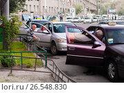 Купить «Таксисты в ожидании клиентов в Ереване Армения», фото № 26548830, снято 10 мая 2017 г. (c) Эдуард Паравян / Фотобанк Лори