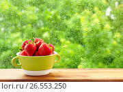 Купить «Клубника в зеленой чашке на фоне окна. Окно в каплях дождя.», фото № 26553250, снято 19 июня 2017 г. (c) ирина реброва / Фотобанк Лори