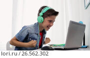 Купить «boy in headphones playing video game on laptop», видеоролик № 26562302, снято 23 мая 2019 г. (c) Syda Productions / Фотобанк Лори