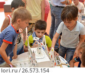 "Купить «SOCHI, RUSSIA - June 24, 2017: The team of junior schoolchildren discusses the stage of designing a robot in an open lesson of the All-Russian Educational Center ""Sirius""», фото № 26573154, снято 24 июня 2017 г. (c) Анна Мартынова / Фотобанк Лори"