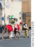 Купить «Пожарный на верблюде гасит скворечник. Показательные выступления в честь Дня пожарной охраны Санкт-Петербурга», эксклюзивное фото № 26573670, снято 24 июня 2017 г. (c) Александр Щепин / Фотобанк Лори