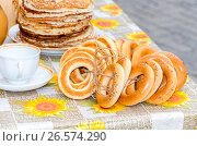 Traditional Russian food during the pancake week or maslenitsa. Pancakes and bagels on the table, фото № 26574290, снято 21 июля 2017 г. (c) FotograFF / Фотобанк Лори