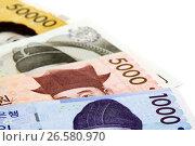 Купить «Южнокорейские воны от 1000 до 50000 лежат веером на белом фоне», фото № 26580970, снято 21 декабря 2010 г. (c) Александр Гаценко / Фотобанк Лори