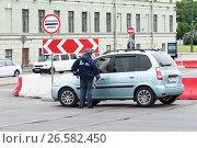Купить «Инспектор ДПС остановил машину. Санкт-Петербург», эксклюзивное фото № 26582450, снято 24 июня 2017 г. (c) Александр Щепин / Фотобанк Лори