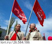 Купить «Два  участника первомайской демонстрации несут флаги КПРФ», фото № 26584186, снято 1 мая 2017 г. (c) Вячеслав Палес / Фотобанк Лори