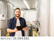 Купить «man with tablet pc at craft brewery or beer plant», фото № 26584682, снято 24 марта 2017 г. (c) Syda Productions / Фотобанк Лори