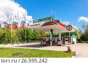 Tatneft gas station against the blue sky. Tatneft is one of the russian oil companies, фото № 26595242, снято 21 июля 2017 г. (c) FotograFF / Фотобанк Лори