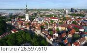 Купить «Полет от башни церкви Святого Олафа над крышами средневековых домов в старой части города. Таллин, Эстония», видеоролик № 26597610, снято 29 июня 2017 г. (c) Кекяляйнен Андрей / Фотобанк Лори