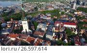 Купить «Башня Олафа в старой части города. Вид на старуюи современную части города Таллина, Эстония», видеоролик № 26597614, снято 29 июня 2017 г. (c) Кекяляйнен Андрей / Фотобанк Лори
