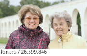 Portrait of two smiling adult women outdoors. Стоковое видео, видеограф worker / Фотобанк Лори