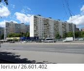 Купить «Двенадцатиэтажные панельные жилые дома серии II-57, построены в 1972 году. Русаковская улица, 29 и 27. Район Сокольники. Москва», эксклюзивное фото № 26601402, снято 28 июня 2017 г. (c) lana1501 / Фотобанк Лори