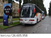 Купить «Экскурсионные автобусы», фото № 26605958, снято 2 января 2015 г. (c) Сергей Миляев / Фотобанк Лори