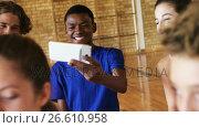 Group of high school kids using mobile phone. Стоковое видео, агентство Wavebreak Media / Фотобанк Лори