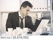 Купить «Businessman feeling thirsty in hot office», фото № 26616002, снято 20 апреля 2017 г. (c) Яков Филимонов / Фотобанк Лори