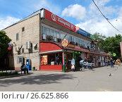 """Купить «Универсам """"5 Пятерочка, 24 часа"""". 9-я Парковая улица, 59, корпус 3. Район Северное Измайлово. Москва», эксклюзивное фото № 26625866, снято 1 июня 2017 г. (c) lana1501 / Фотобанк Лори"""