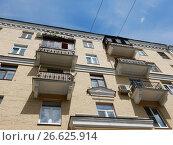 Купить «Пятиэтажный семиподъездный кирпичный жилой дом, построен в 1955 году. Измайловский бульвар, 11/31. Район Измайлово. Москва», эксклюзивное фото № 26625914, снято 1 июня 2017 г. (c) lana1501 / Фотобанк Лори