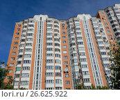Купить «Семнадцатиэтажный шестиподъездный панельный жилой дом серии П-44Т, построен в 2004 году. 15-я Парковая улица, 49. Район Северное Измайлово. Москва», эксклюзивное фото № 26625922, снято 2 июня 2017 г. (c) lana1501 / Фотобанк Лори