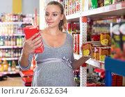 Купить «Future mother is reading structure of product on shelves», фото № 26632634, снято 5 июня 2017 г. (c) Яков Филимонов / Фотобанк Лори