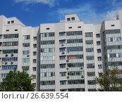 Купить «Двенадцати-шестнадцатиэтажный шестиподъездный монолитно-кирпичный жилой дом, построен в 2013 году. 13-я Парковая улица, 35. Район Северное Измайлово. Город Москва», эксклюзивное фото № 26639554, снято 2 июня 2017 г. (c) lana1501 / Фотобанк Лори