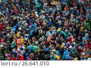 Купить «Вид сверху на большую плотную толпу людей на фестивале во время дождя», фото № 26641010, снято 7 июля 2017 г. (c) Николай Винокуров / Фотобанк Лори