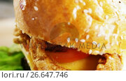 Купить «Hamburger on chopping board», видеоролик № 26647746, снято 14 декабря 2019 г. (c) Wavebreak Media / Фотобанк Лори