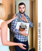Купить «adult watching how spouse moving out with baggage», фото № 26649986, снято 26 марта 2019 г. (c) Яков Филимонов / Фотобанк Лори
