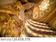 Купить «Вид на скульптуру атланта поддерживающего царскую ложу в зрительном зале Государственного академического Большого театра России перед началом спектакля в городе Москве, Россия», фото № 26658378, снято 19 июня 2017 г. (c) Николай Винокуров / Фотобанк Лори